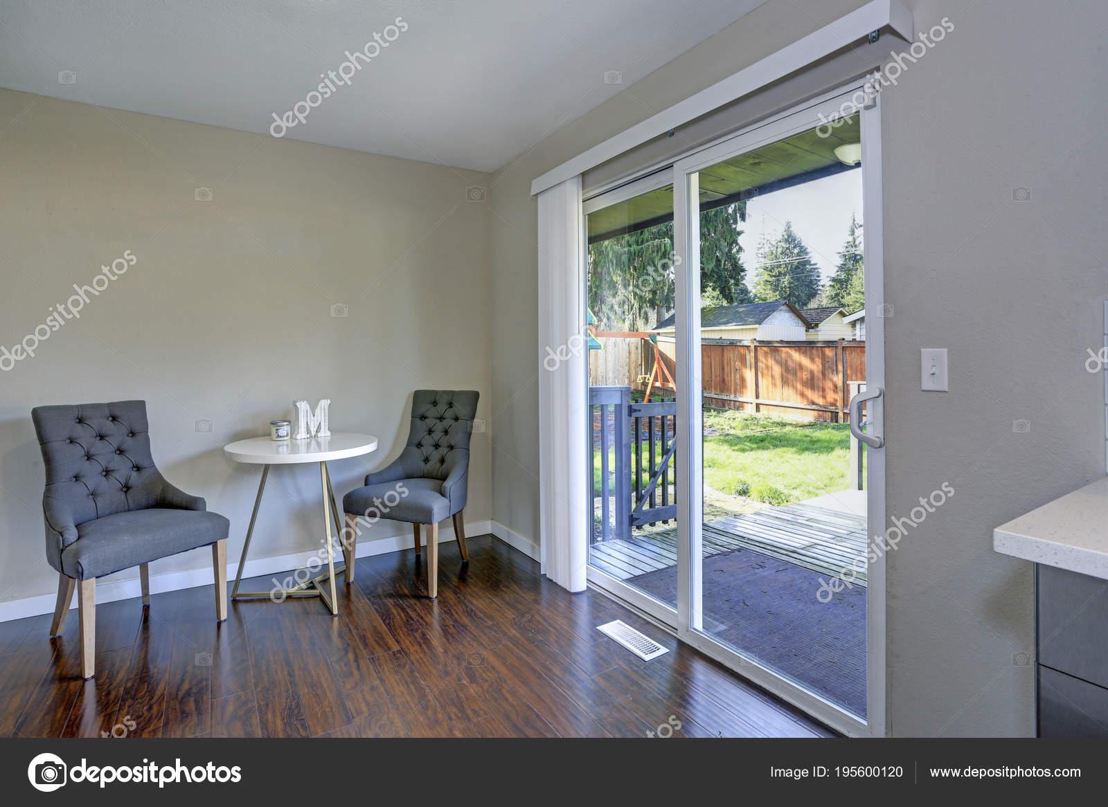 Fußboden Terrasse ~ Essecke mit poliertem hartholz fußboden und ausgang zur terrasse