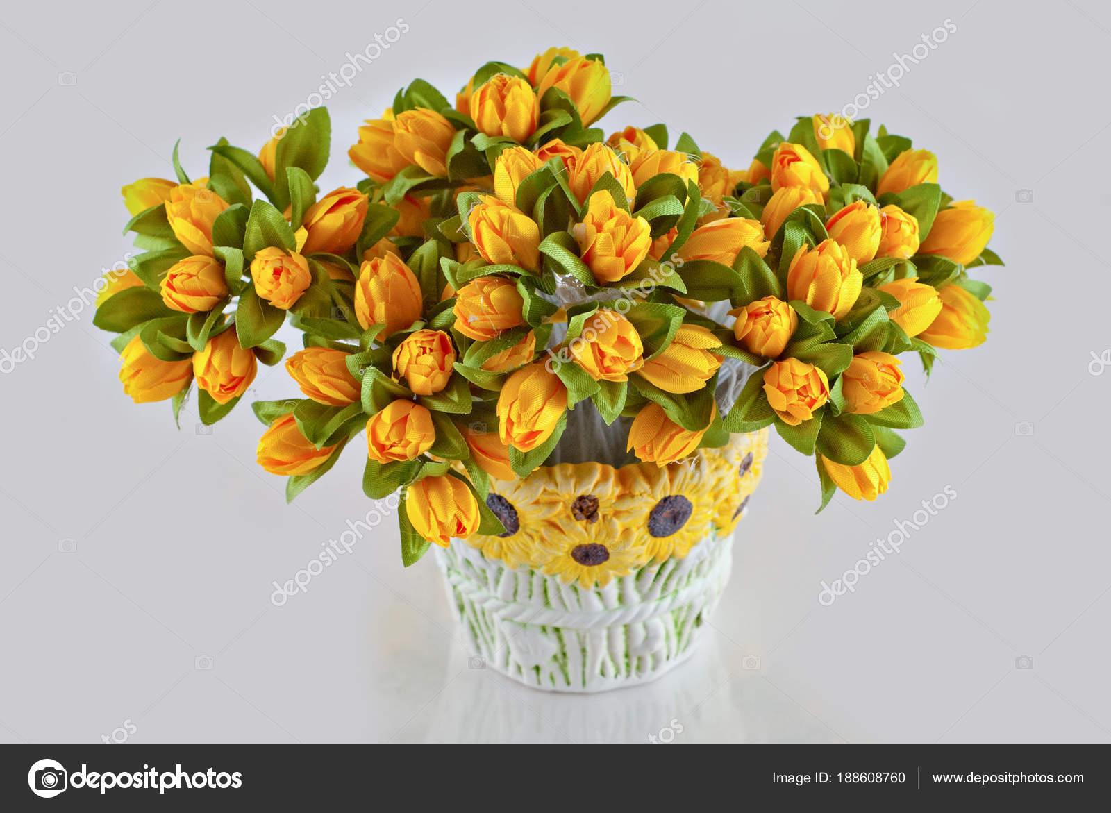 Fleurs Artificielles Multicolores Sur Fond Blanc Photographie