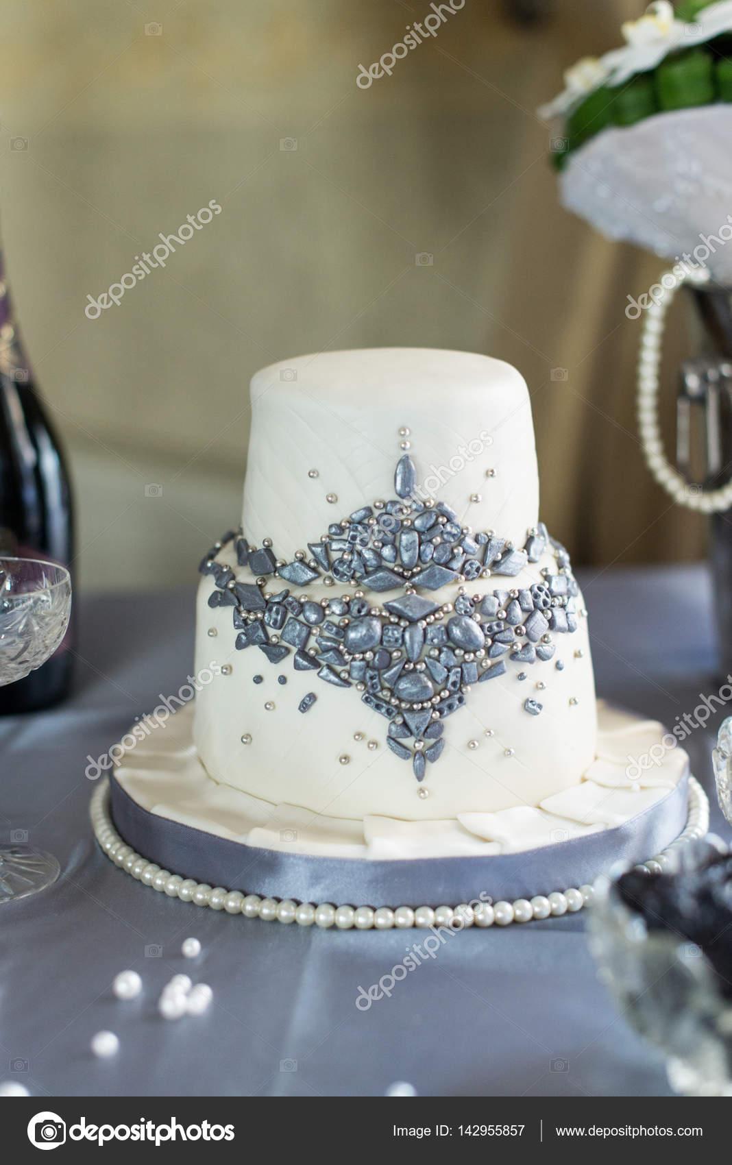 Weisse Zweiklassen Hochzeitstorte Aus Der Mastix Mit Perlen Dekor