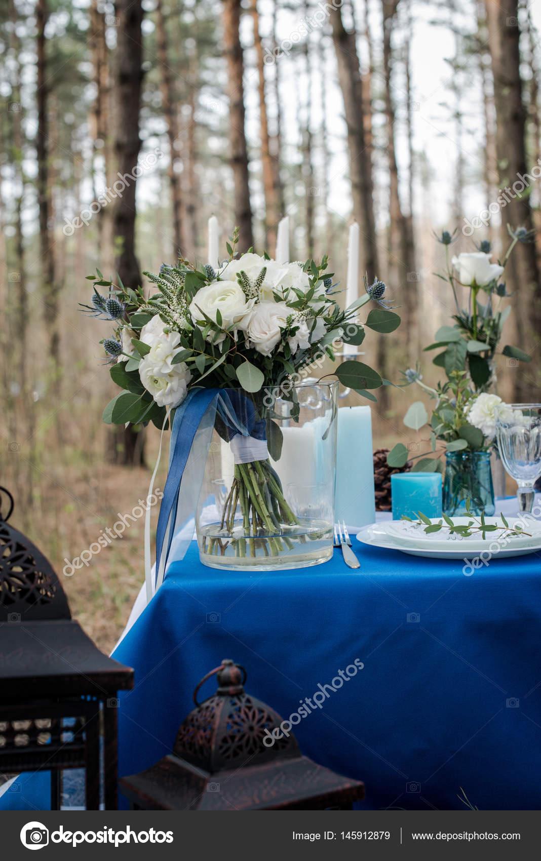 белый свадебный букет в вазе стекла свадебный стол стоковое фото