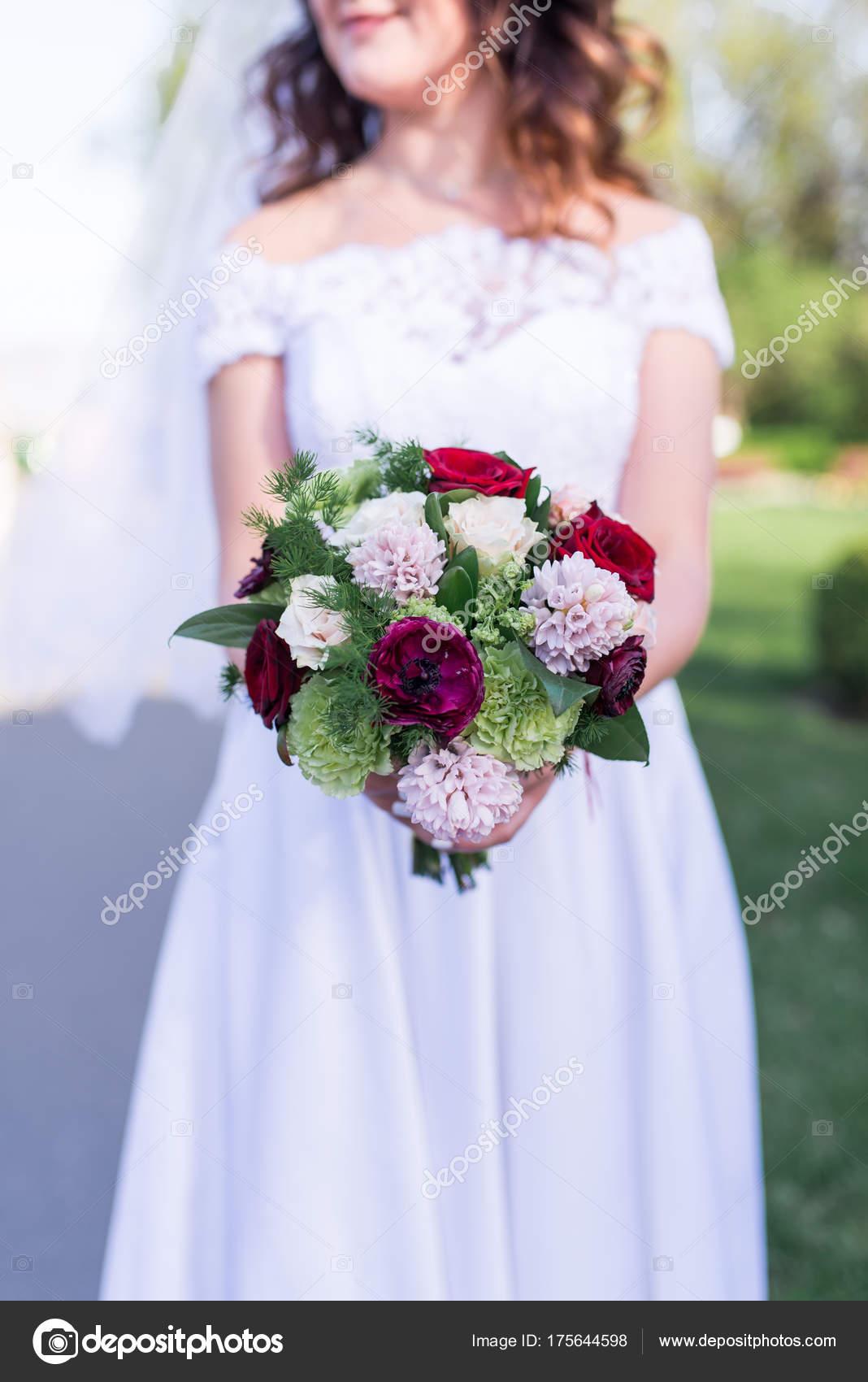 Mariee Tient Bouquet Mariage Blanc Rose Rouge Fleurs Verdure