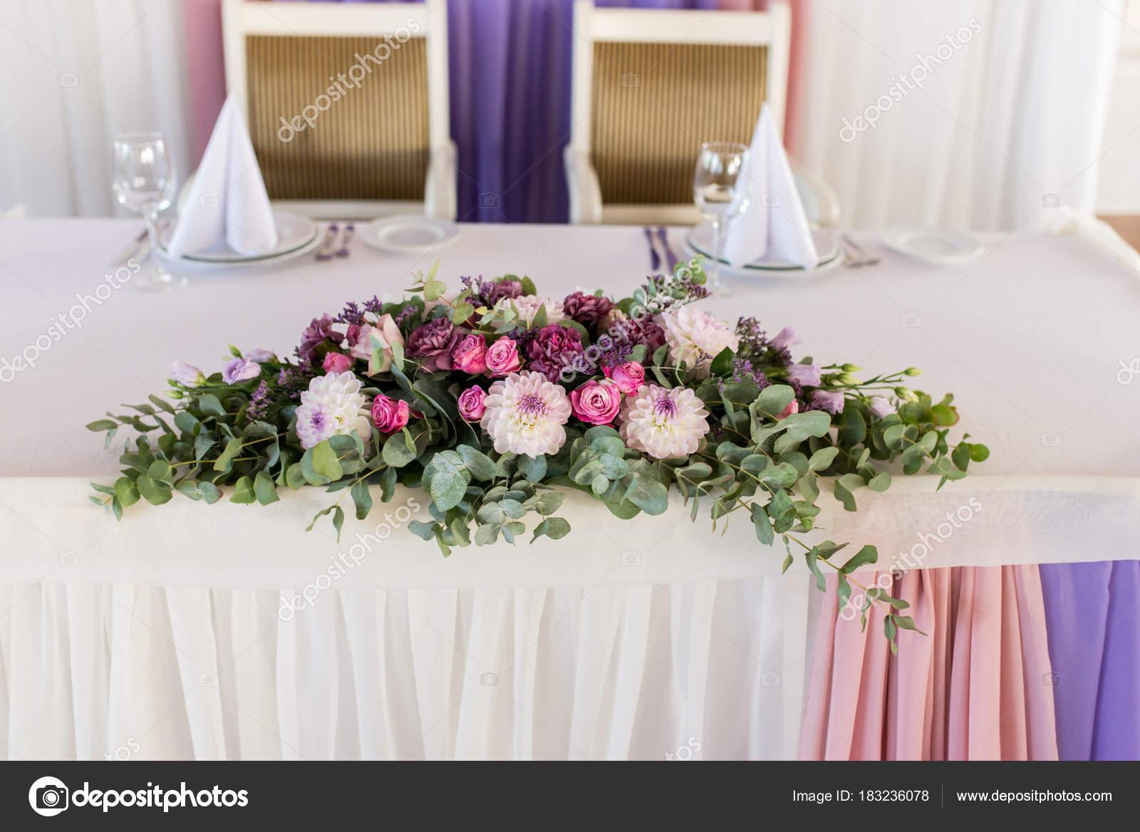 Schöne Rosa Und Cremigen Blumen Auf Tisch Brautpaar Auf Hochzeit