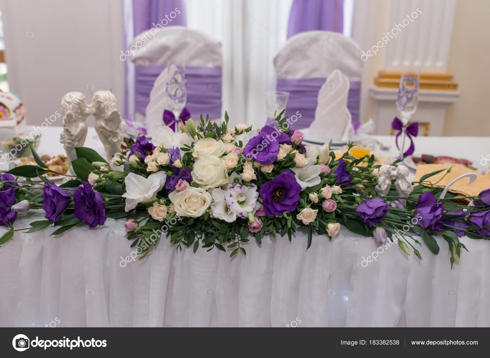 Blumen Lila Und Cremig Auf Tisch Brautpaar Auf Hochzeit Restaurant