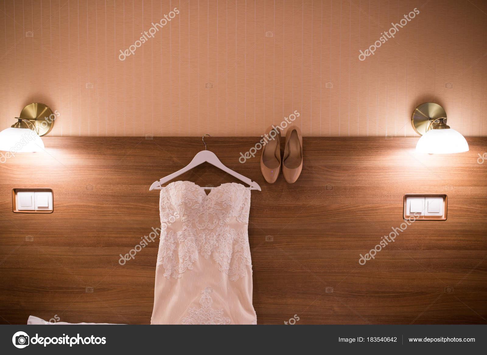 Der Wand Den Raum Und Beige Brautschuhe Brautkleid Bild Des ...