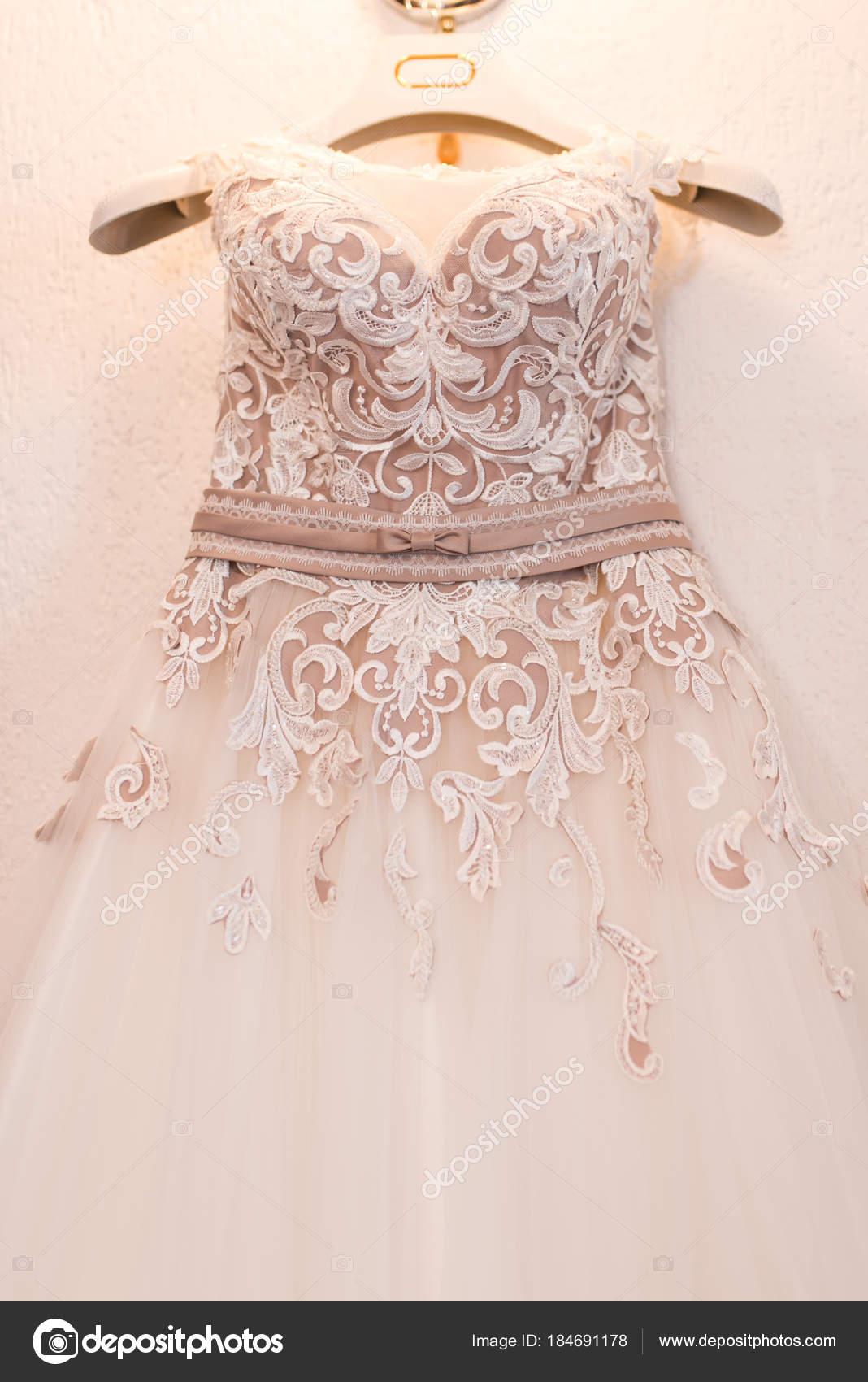Imagen Blusa Vestido Novia Color Beige Una Percha — Fotos de Stock ...