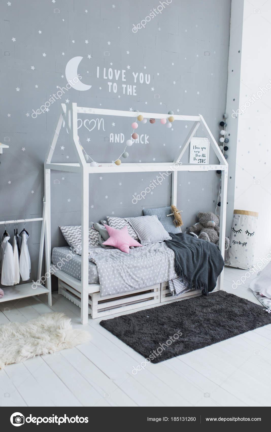 Letto Bambini Alla Moda Sotto Forma Una Casa Camera Letto — Foto ...