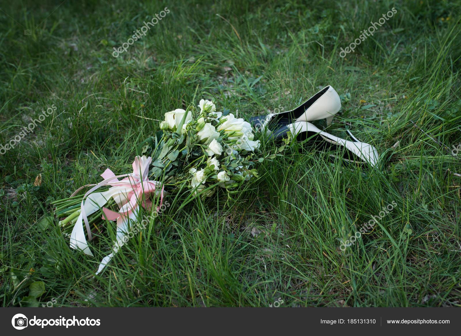 733119c9e18e Γαμήλια ανθοδέσμη. Γυναικεία μόδα παπούτσια μπεζ και μαύρο γάμου με  μπουκέτο νύφης
