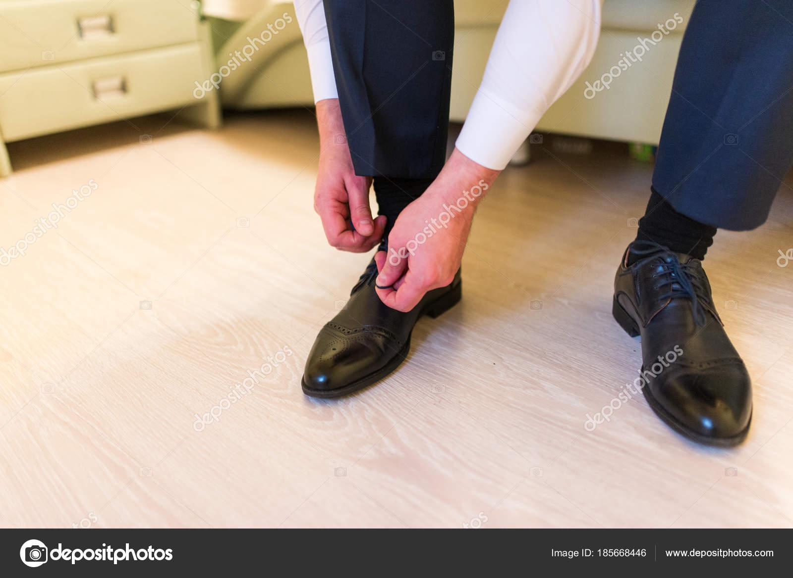 godere di un prezzo economico stile alla moda retrò Sposo Indossa Scarpe Sul Giorno Delle Nozze Legando Lacci ...
