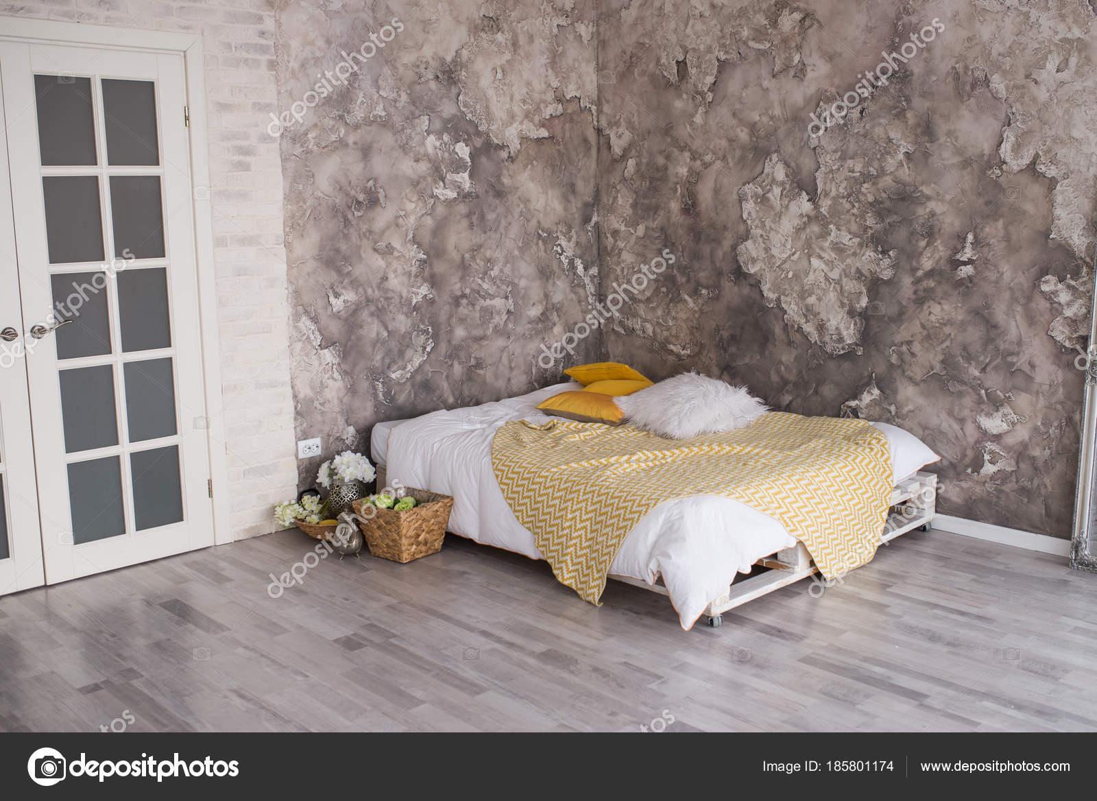 Loft Estilo Dormitorio Con Cama Palets Reciclados Blanco Amarillo ...