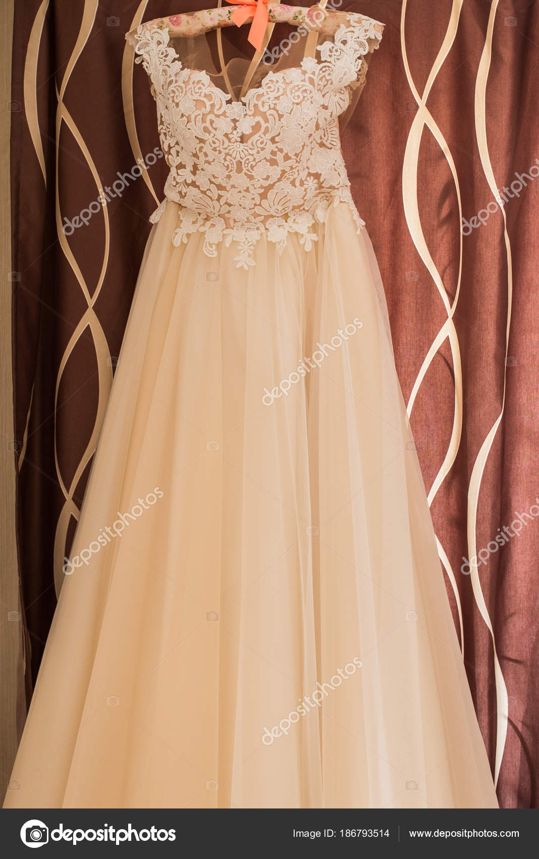 Vestido Novia Color Beige Percha Pared Hermoso Vestido Boda