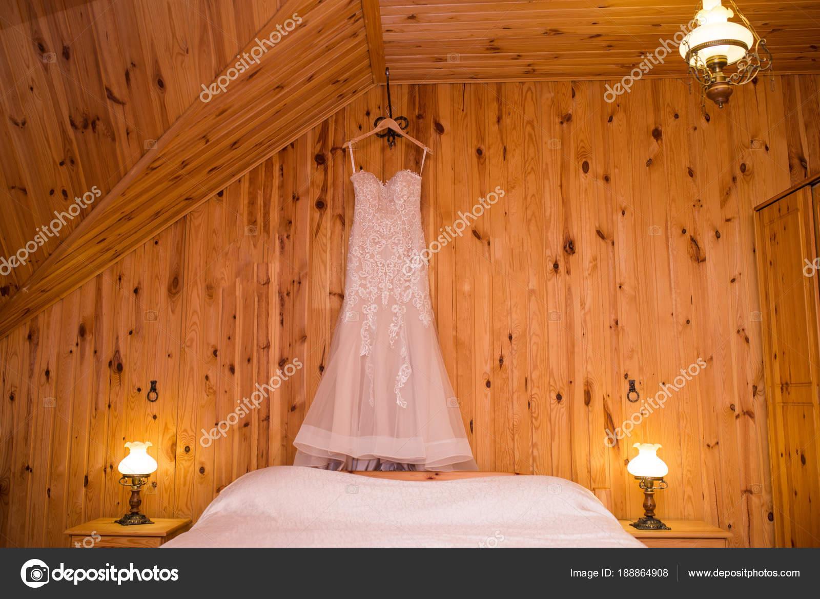 Erfreut Hochzeitskleid Kleiderbügel Bilder - Brautkleider Ideen ...