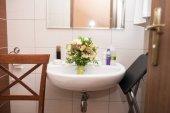 Fotografie Hochzeit Blumenstrauß liegt in das Waschbecken im Badezimmer. Hochzeit-Chaos am Morgen
