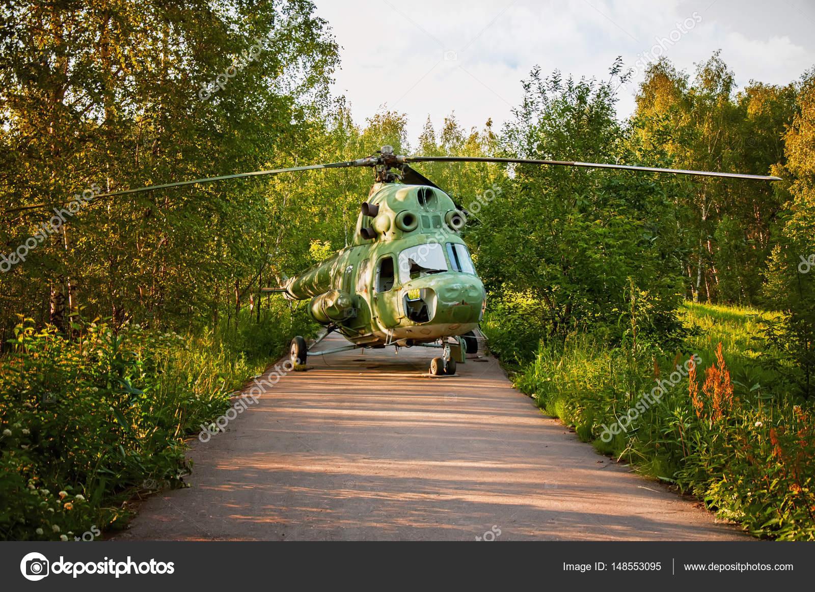 L Elicottero Posizione : L elicottero fatto un atterraggio i boschi sulla strada in una