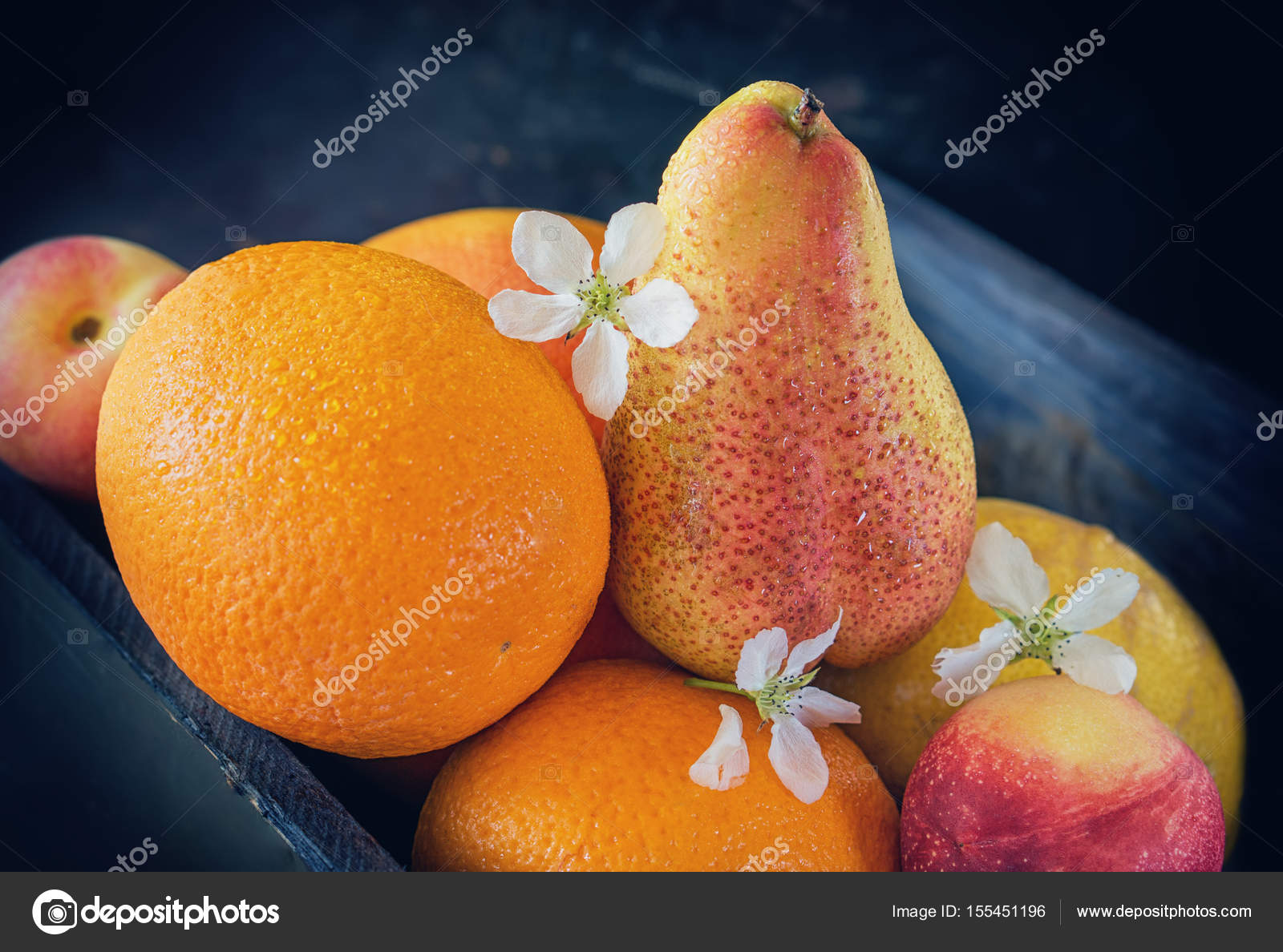 Фрукты апельсины грейпфрута персики находятся в окно крупный план.