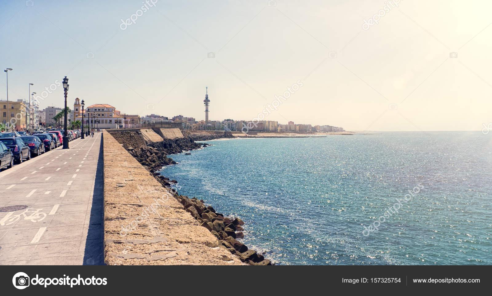 Der Küste von Cadiz Stadt in Spanien mit Blick auf die Promenade ...