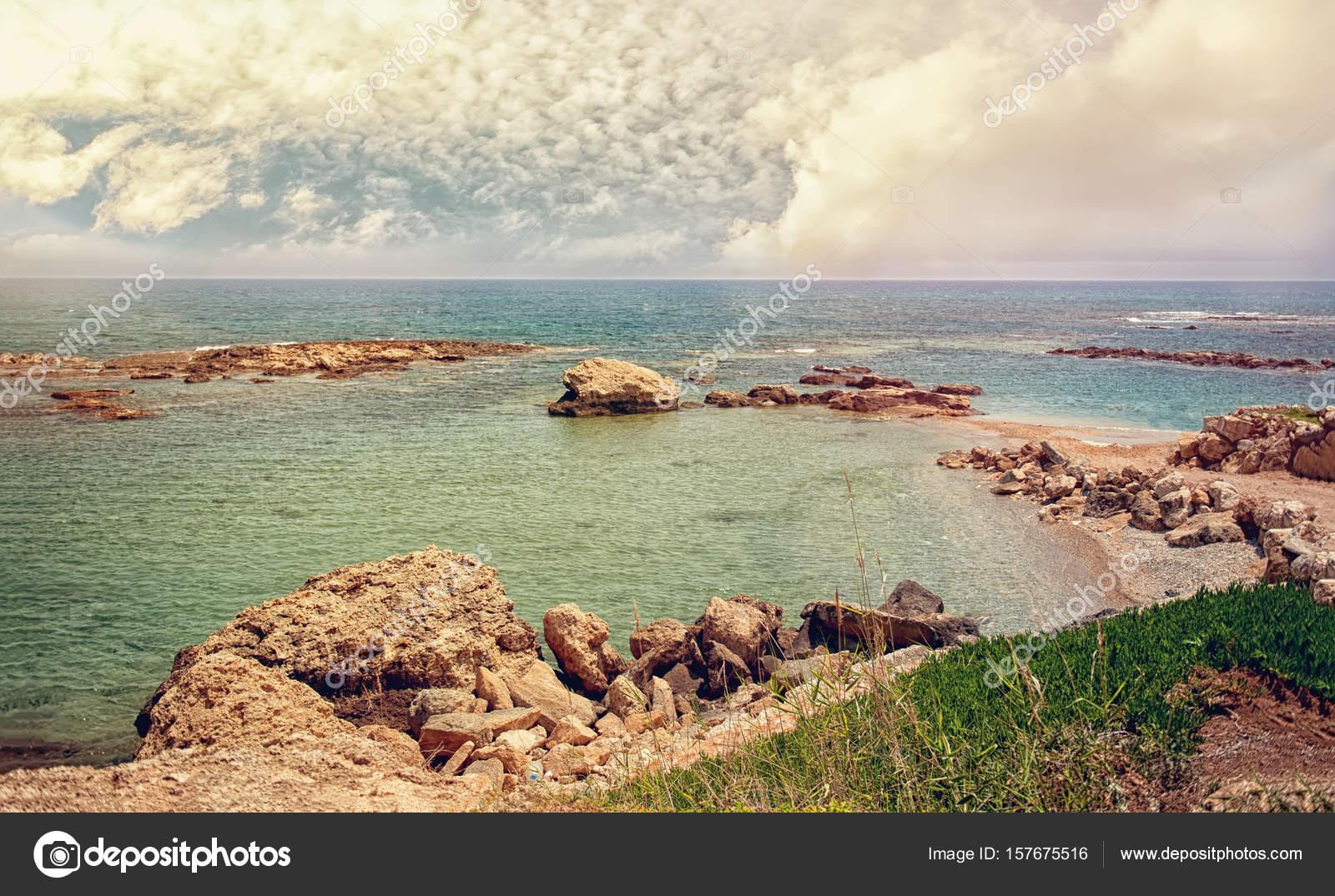Schöne Aussicht auf das Meer und der felsigen Küste von Zypern mit ...