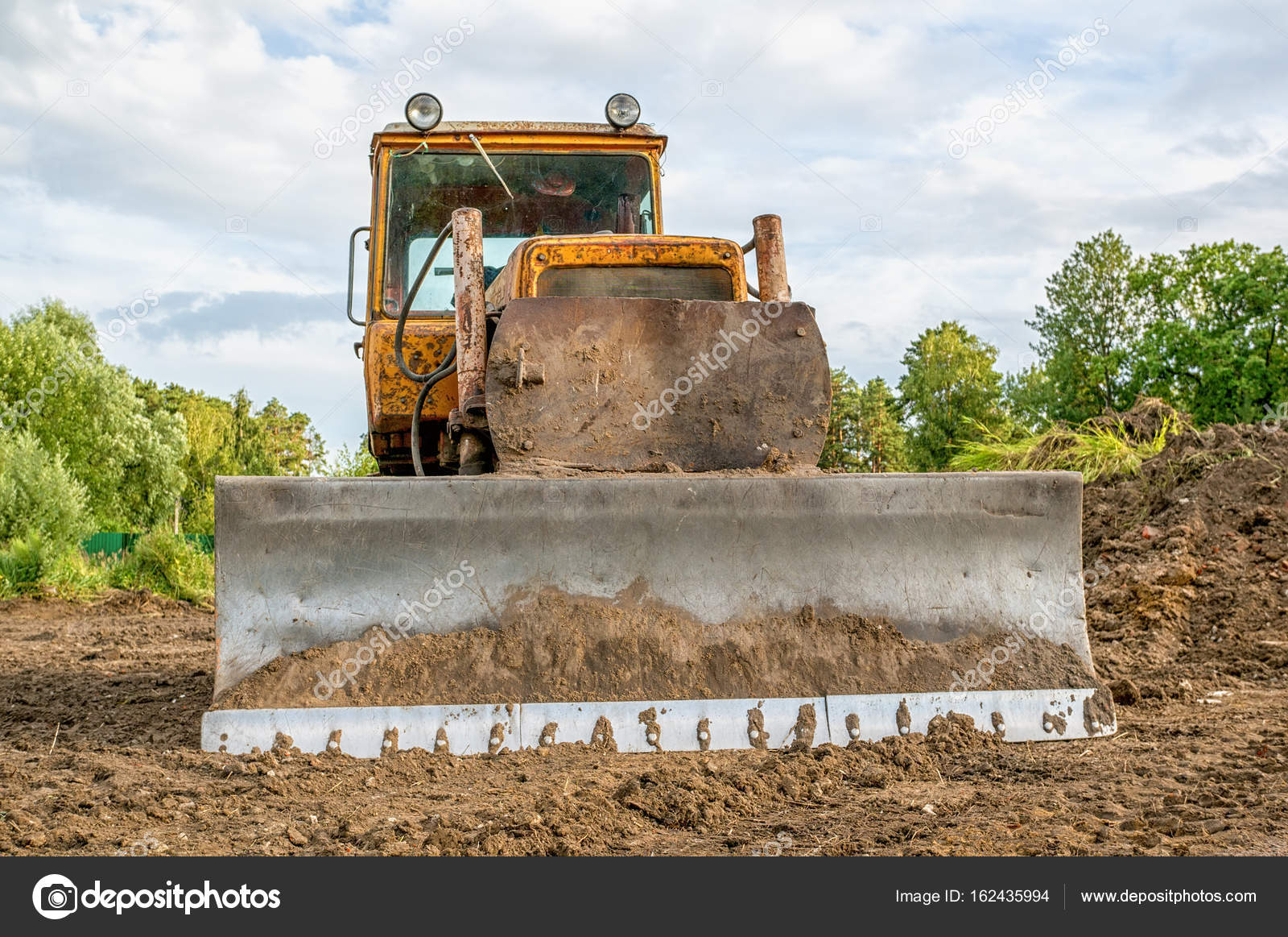 Alten Bagger arbeiten Clearing Land bei Sonnenuntergang an einem ...