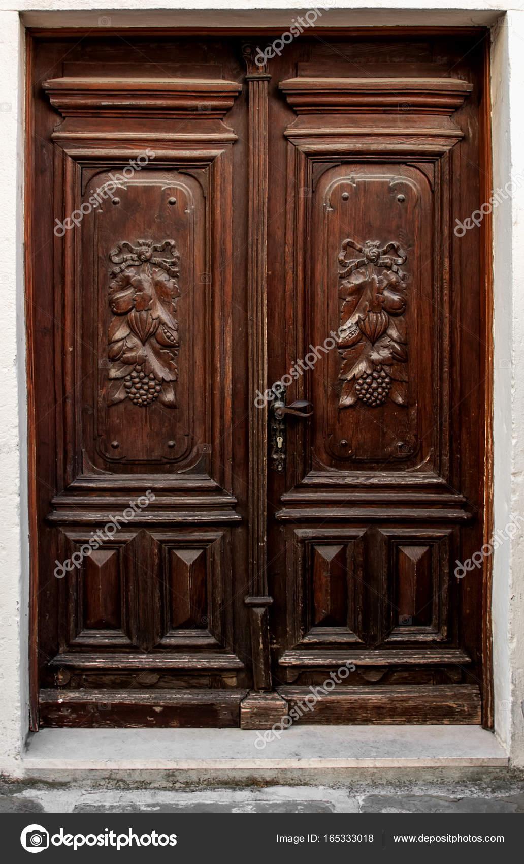 Hermosa antigua puerta con adorno de tallada madera marrón — Foto de ...