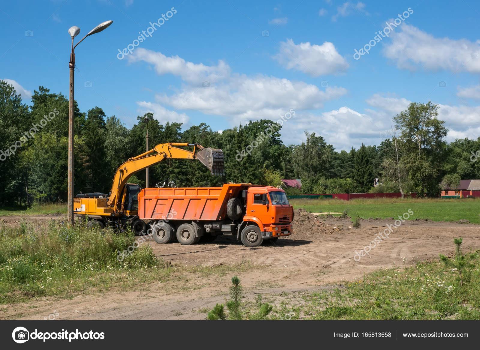 Gelbe Bagger arbeiten zur Räumung der Trümmer. Setzt die Erde in ...