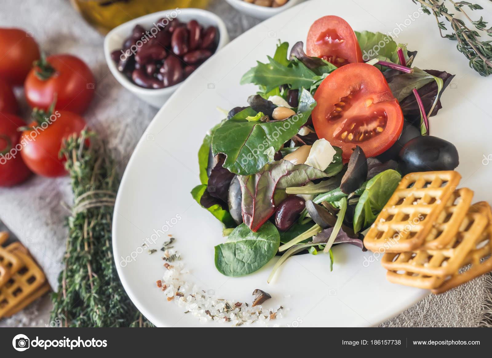 insalata di lattuga pomodoro e cipolla per perdere peso