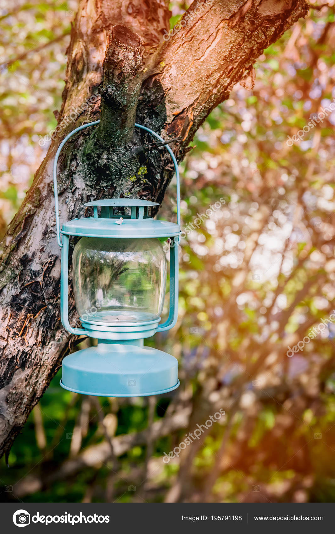 Decoration Verre bleu lampe avec bougies suspendus à un arbre dans ...