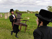 Ultra ortodox zsidók imádkozott a sírok Tazdikim Belz város, régió Lviv