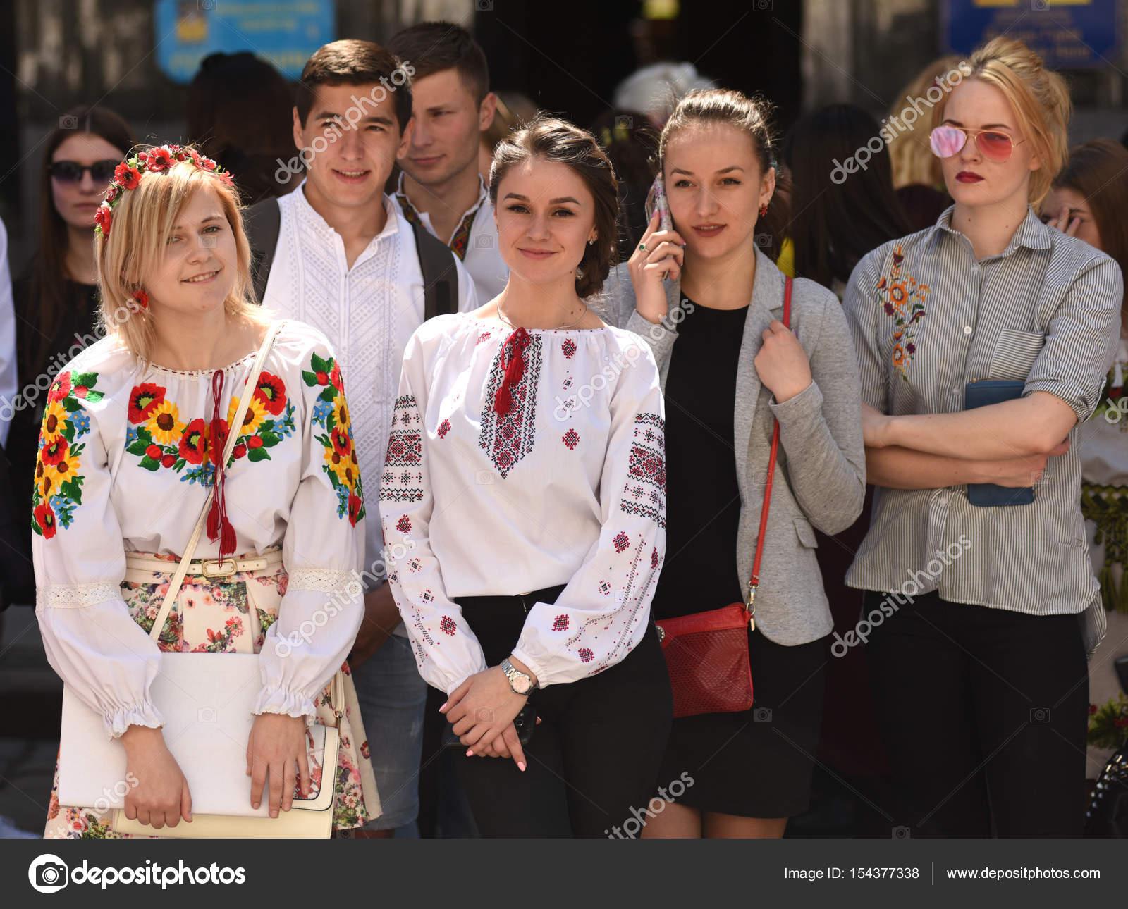 Pessoas vestindo Vyshyvanka 151cb838bd74d