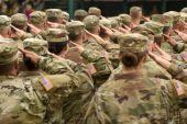 uns Soldaten salutieren