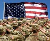 Amerikanische Soldaten salutieren uns Flagge, patriotisches Konzept