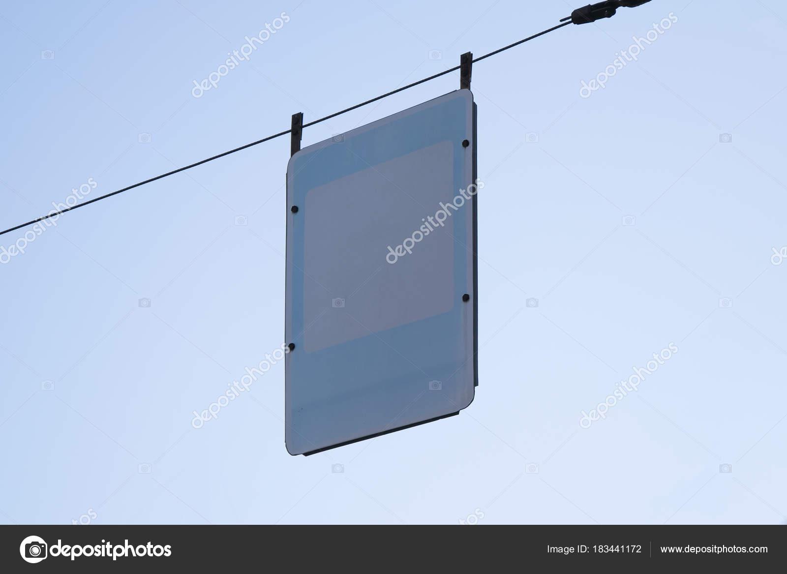 Leere Schild über blauen Himmelshintergrund. Leere Straßenschild ...