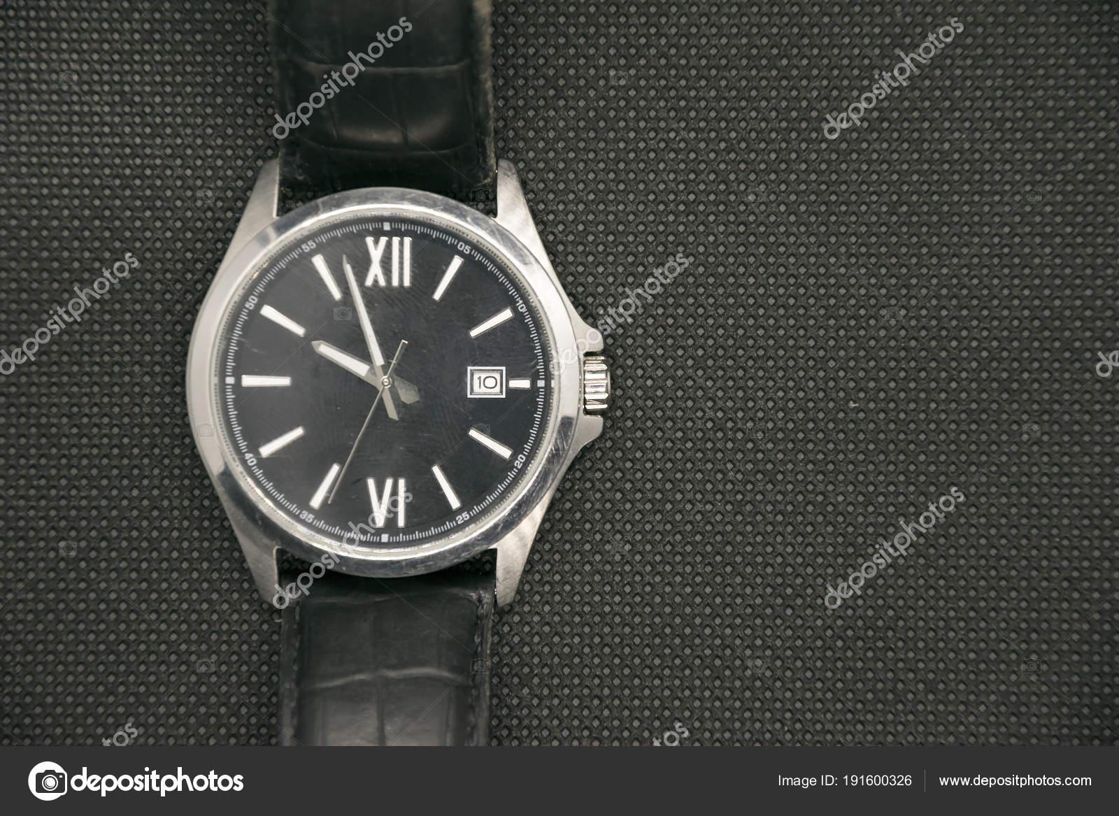 Мужские часы, золото которых подчеркивает стиль современного мужчины