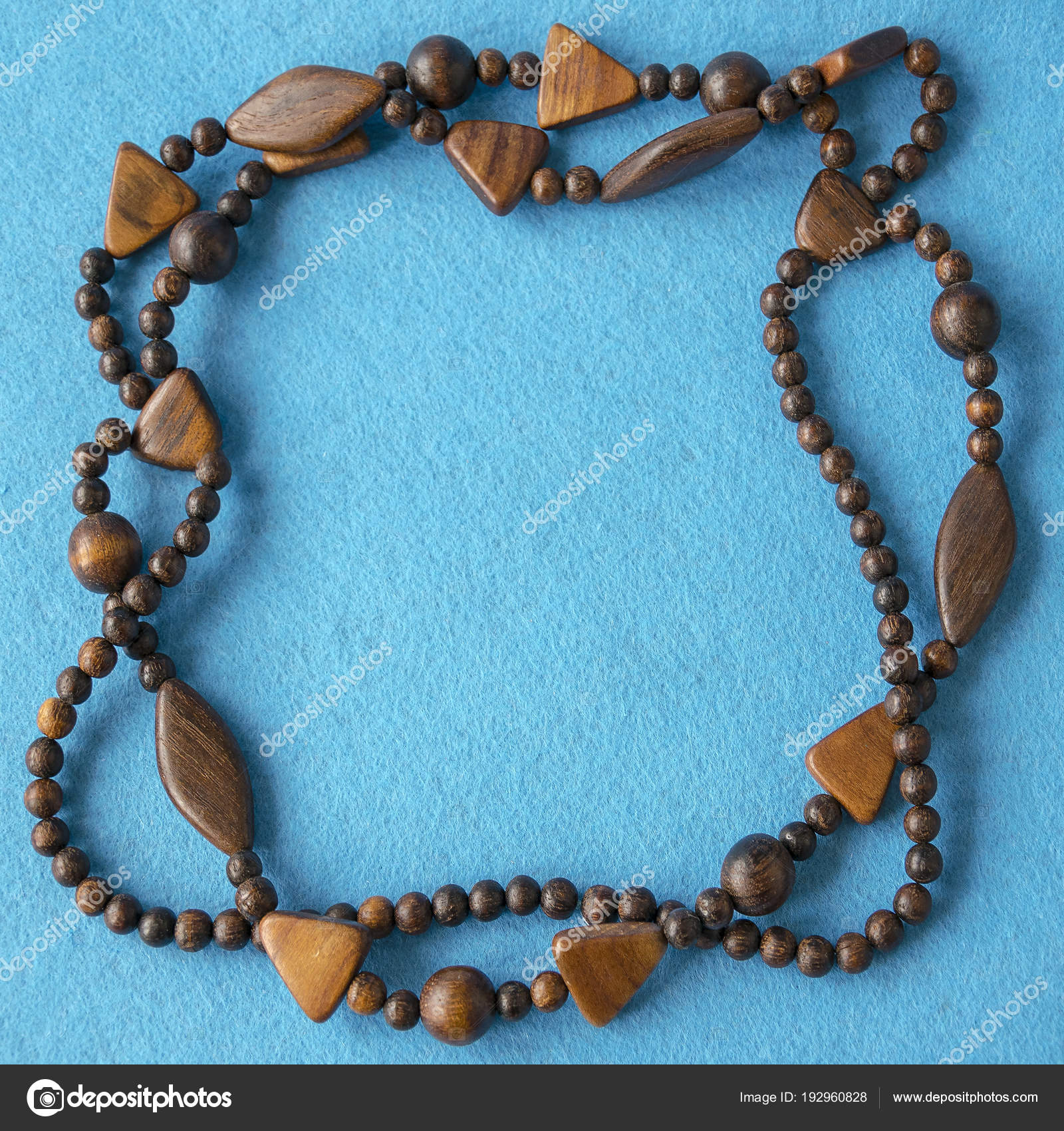 4e647d69672e Vista superior del collar de madera hermoso. Accesorios de moda de  materiales naturales. Diseño creativo de decoración hechos a mano.