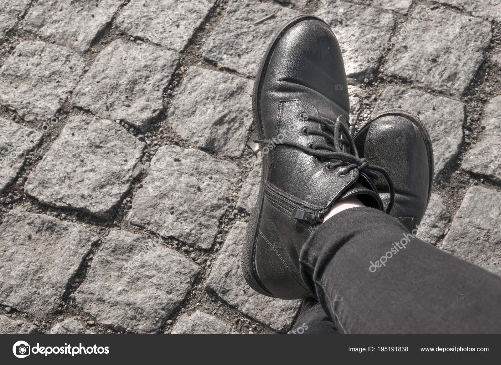 Piernas humanas en elegantes botas negras y jeans — Foto de