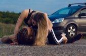 Junge und Mädchen beim Sex auf der Autobahn