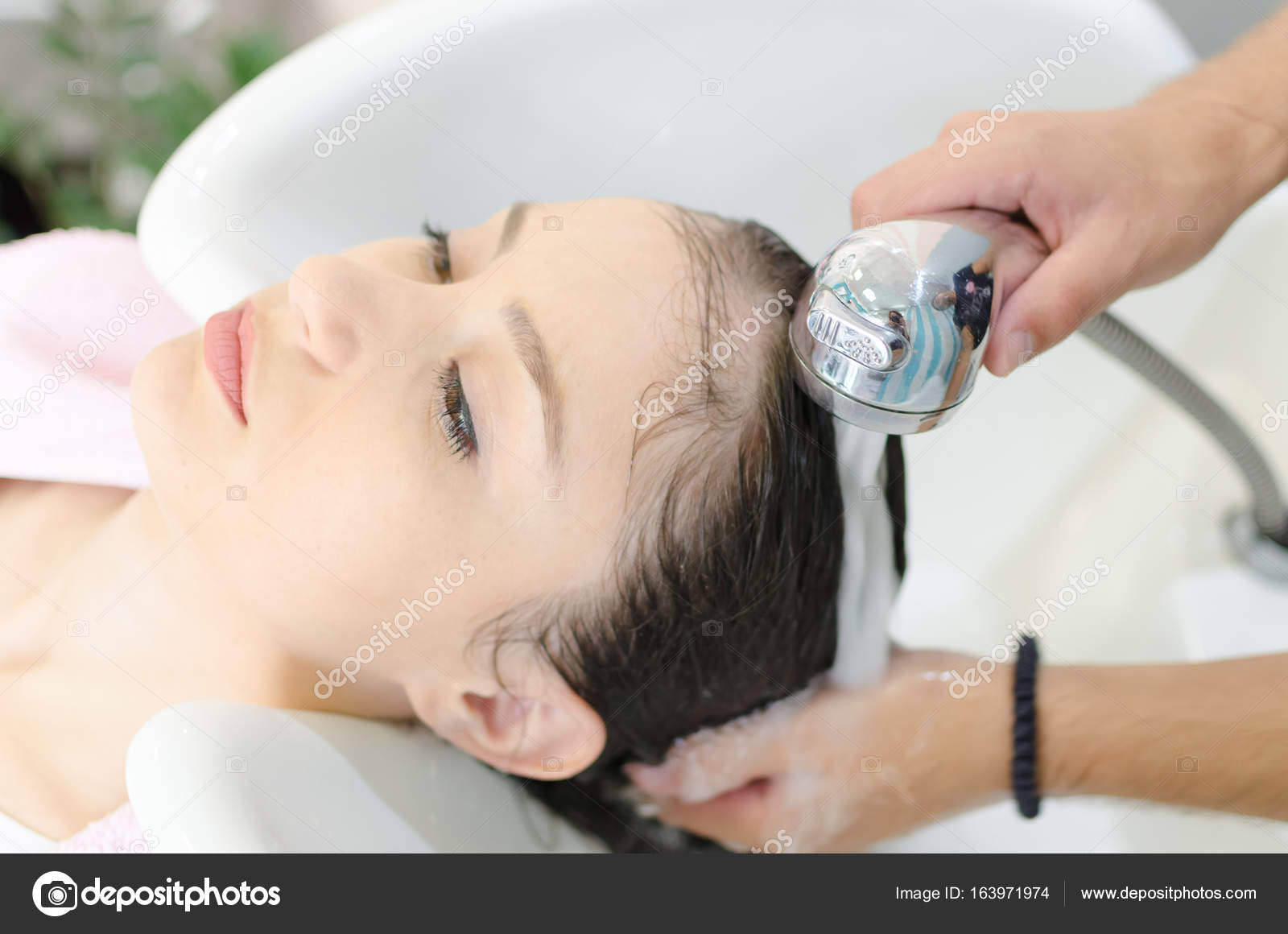 Friseur Spült Frau Haare Und Kopf Friseursalon Nach Balsam Für