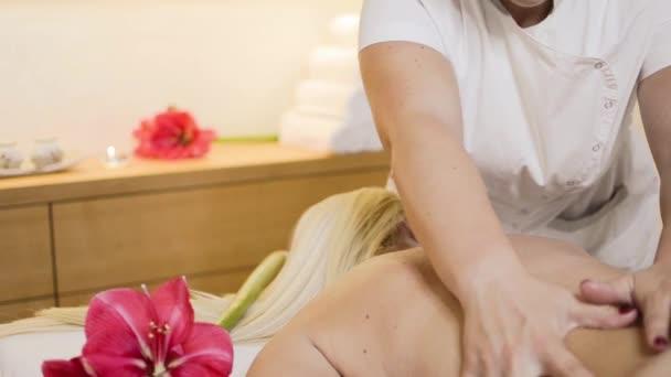 muž s masáží v salonu spa