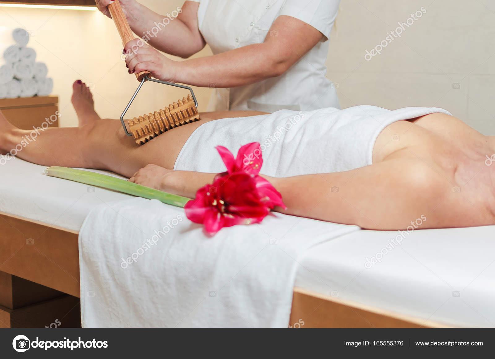 Сексуальная женщина массаж массаж спины перешел в секс