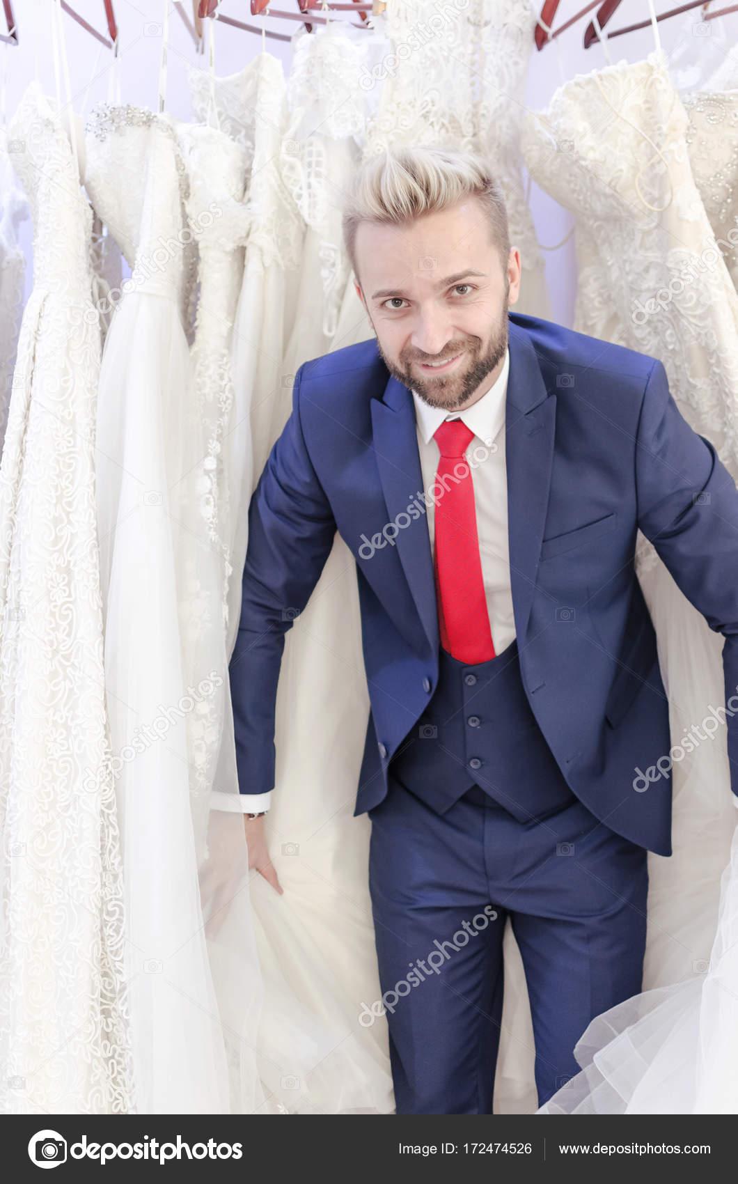 c429ad8ac Hombre elegir Vestido de boda para mujer — Foto de stock ...