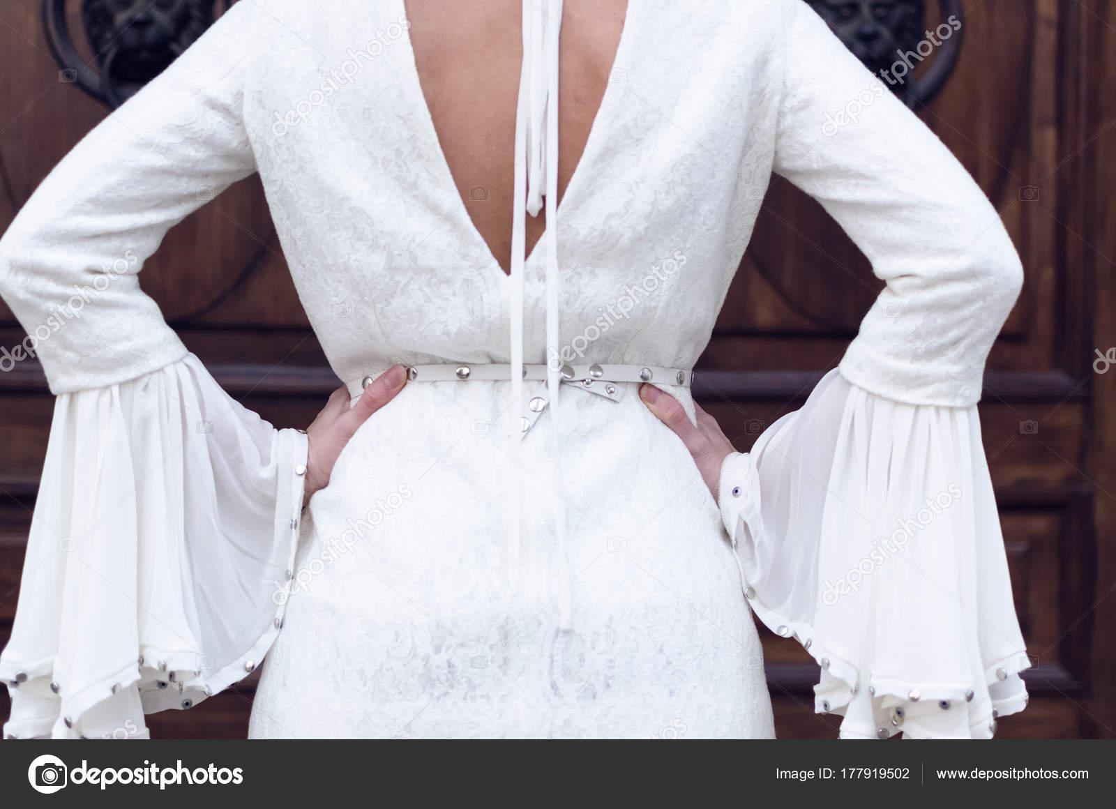 b5ffd9328204 Πίσω Όψη Της Μόδας Νεαρή Γυναίκα Στο Μακρύ Λευκό Φόρεμα — Φωτογραφία Αρχείου