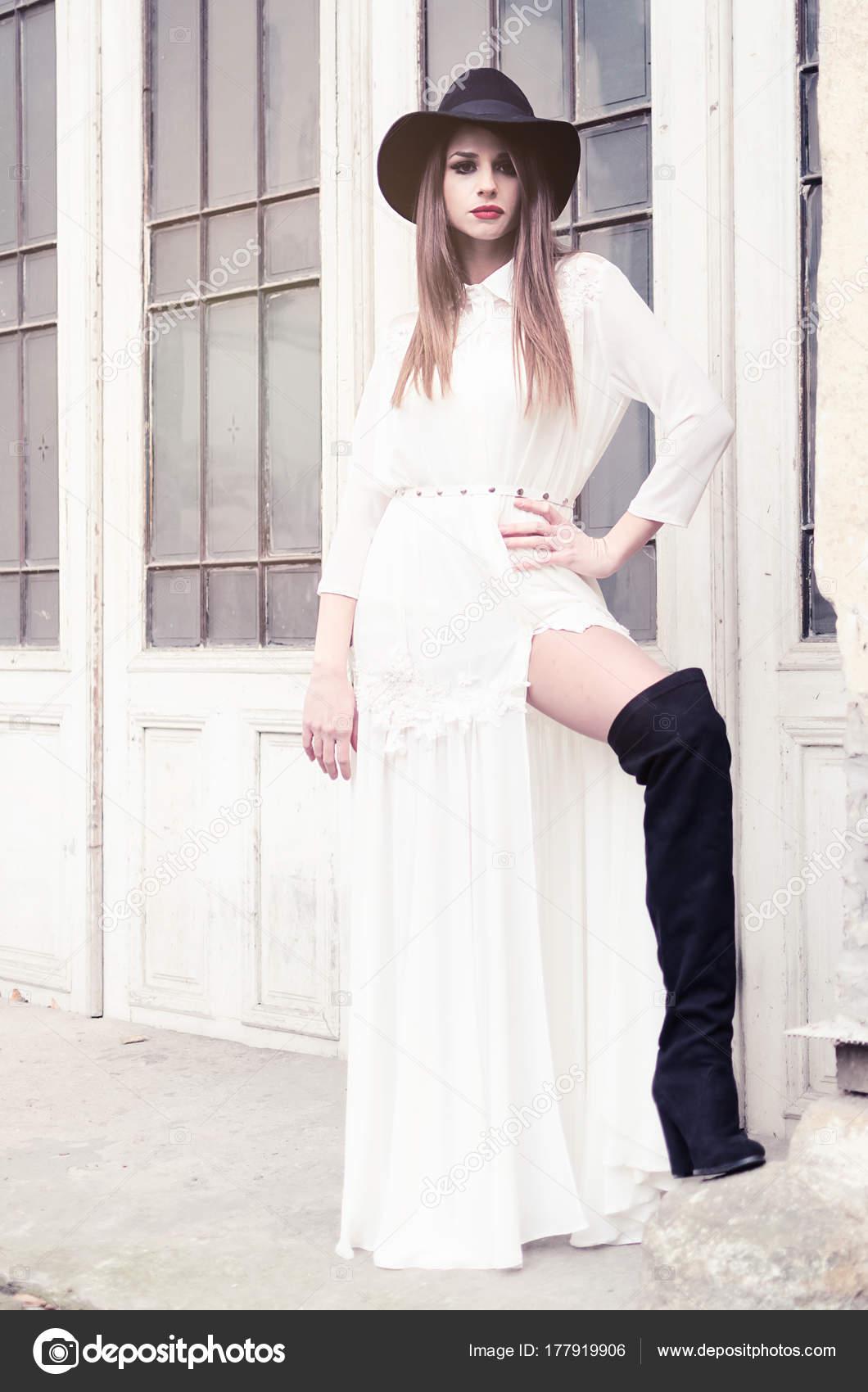 Vestido blanco con botas negras