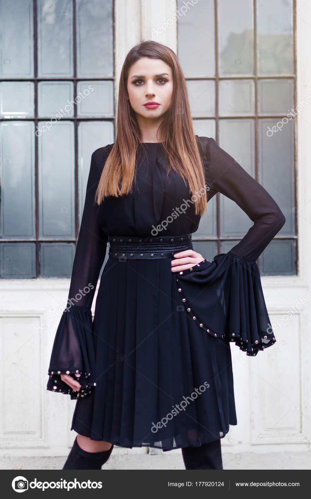 Vestido negro corto con botas largas