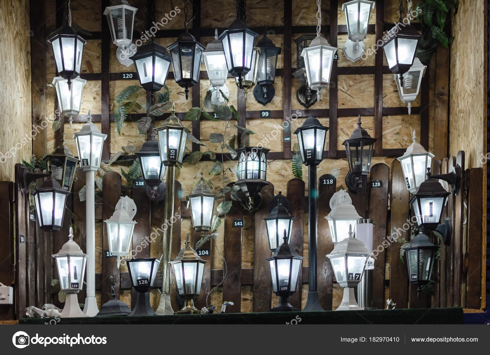 https://st3.depositphotos.com/11396296/18297/i/1600/depositphotos_182970410-stockafbeelding-winkel-voor-verlichting-lampen-voor.jpg