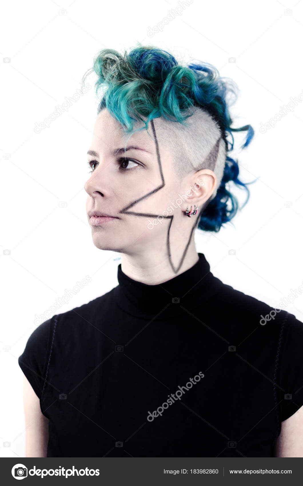 Punk Frisuren Auf Weissem Hintergrund Portrait Eines Madchens Mit