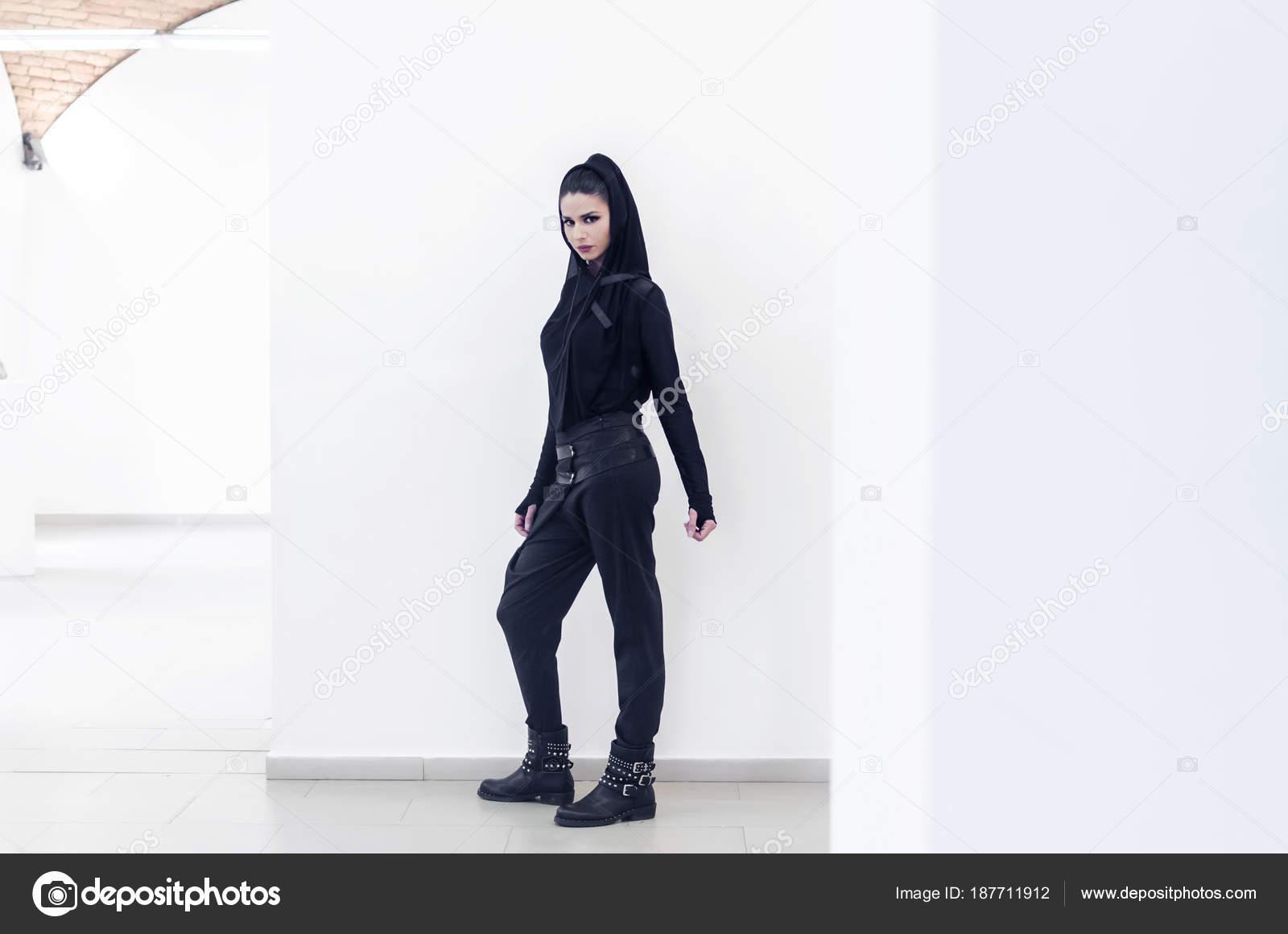 Retrato Cuerpo Entero Elegante Joven Traje Negro Pantalón Pitillo Negro —  Fotos de Stock 28d479317f8