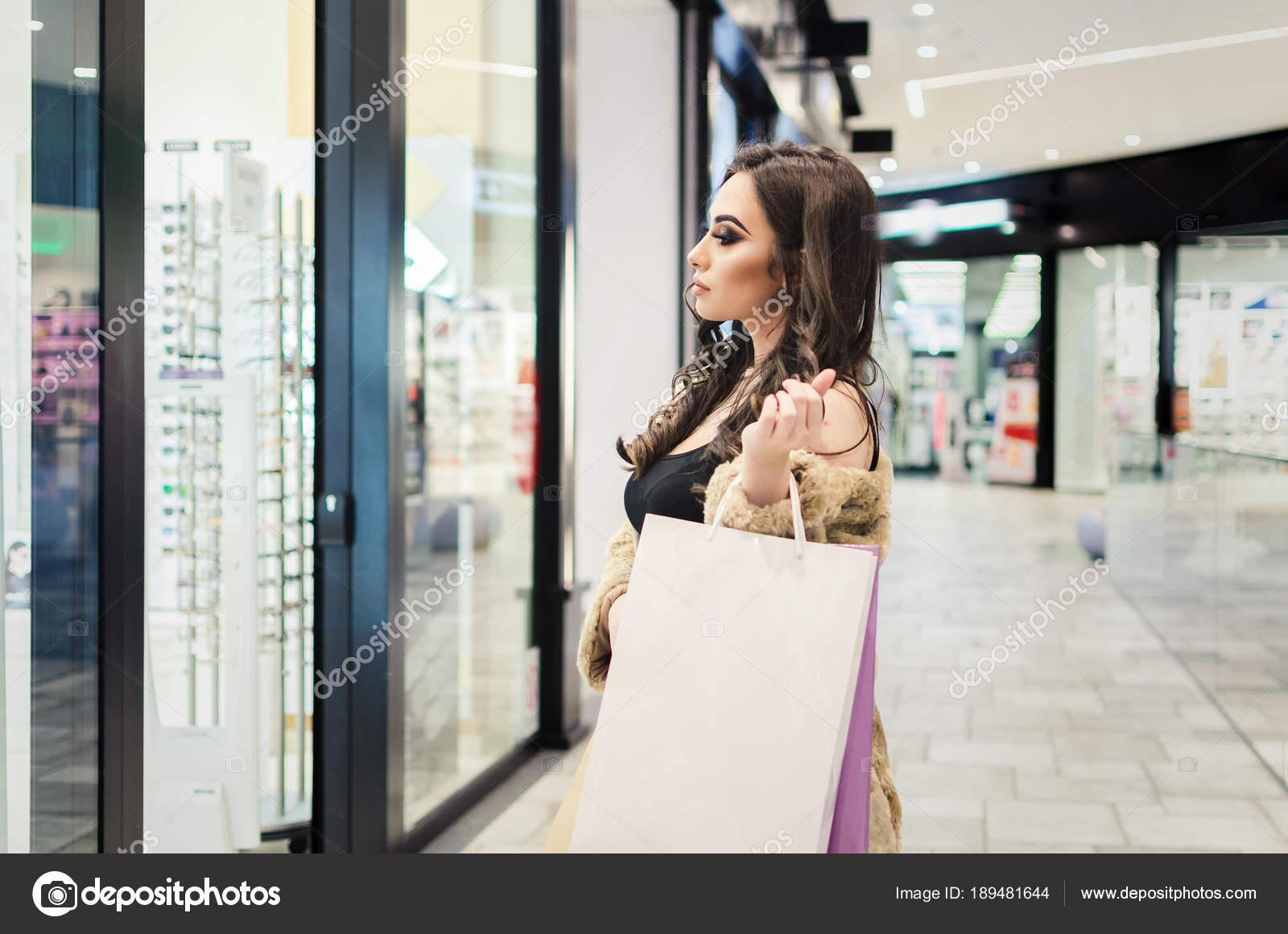 b037e2246f Σταθείτε Γυαλιά Στο Κατάστημα Οπτικών Μάτια Της Γυναίκας Επιλέγει Γυαλιά — Φωτογραφία  Αρχείου