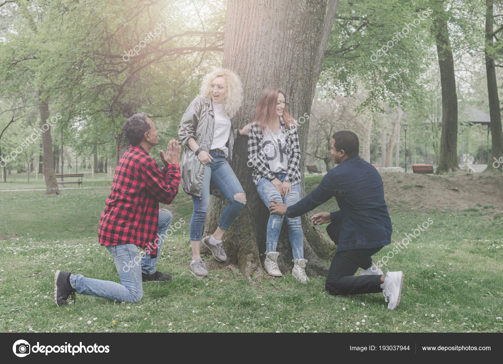 Young Mature Men Asking Marry Girlfriends Park — Stock Photo