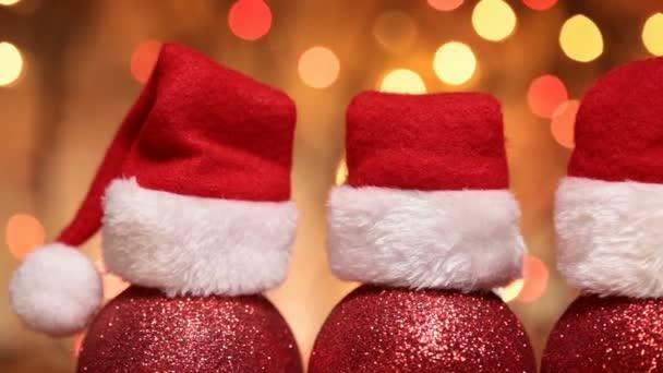Detail červené koulí Vánoce s santa hat pro vánoční pozadí