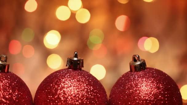 Zblízka pohybu podél vánoční koule na rozostřeného pozadí blikající světla