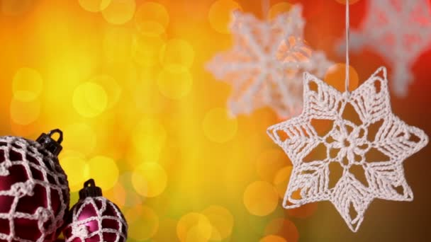 Nahaufnahme von Weihnachtsschmuck und gehäkelter Dekoration auf bunt verschwommenem Hintergrund
