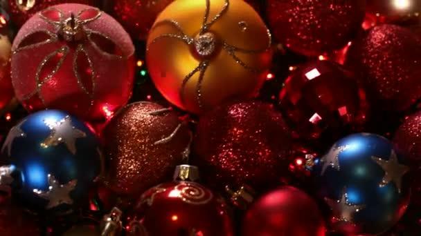 Nahaufnahme der Bewegung entlang bunter Weihnachtskugeln mit Lichtern
